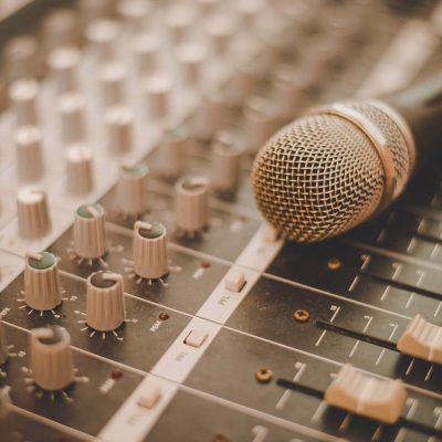 Mischpult und Mikrofon
